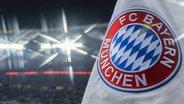 Das Logo von FC Bayern München auf einer Fahne © imago