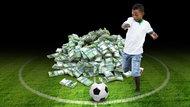 Ein Junge schießt einen Fußball vor einem Haufen mit Geldscheinen (Bildmontage)