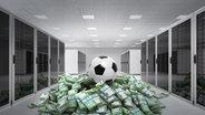 Ein Fußball liegt in einem Serverraum auf auf einem Berg von Geldscheinen. © fotolia/F.Schmidt, Phantermedia/maxxyustas