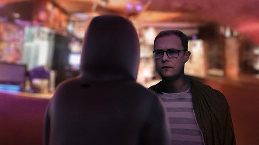 Ein Mann mit Kapuze steht vor dem Journalisten Rafael Buschmann (Animation)