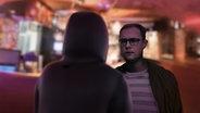 Ein Mann mit Kapuze steht vor dem Journalisten Rafael Buschmann (Animation) © NDR