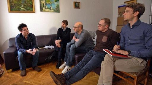 """Rui Pinto (l.) mit den Journalisten vom """"Spiegel"""", NDR und dem französischen Investigativportal """"Mediapart"""""""